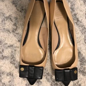 Tory Bur h Pointed Toe Leather Flats in size 10